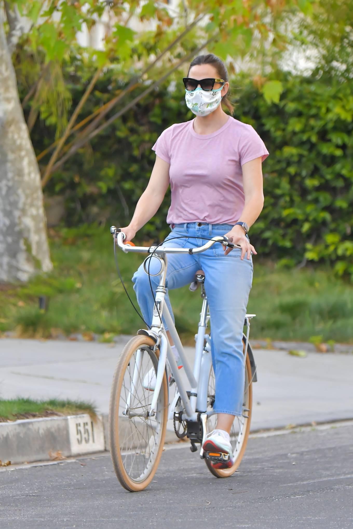 Jennifer Garner - Riding bike in Santa Monica