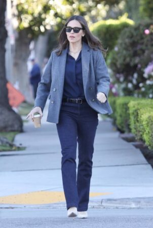 Jennifer Garner - Running errands in Brentwood