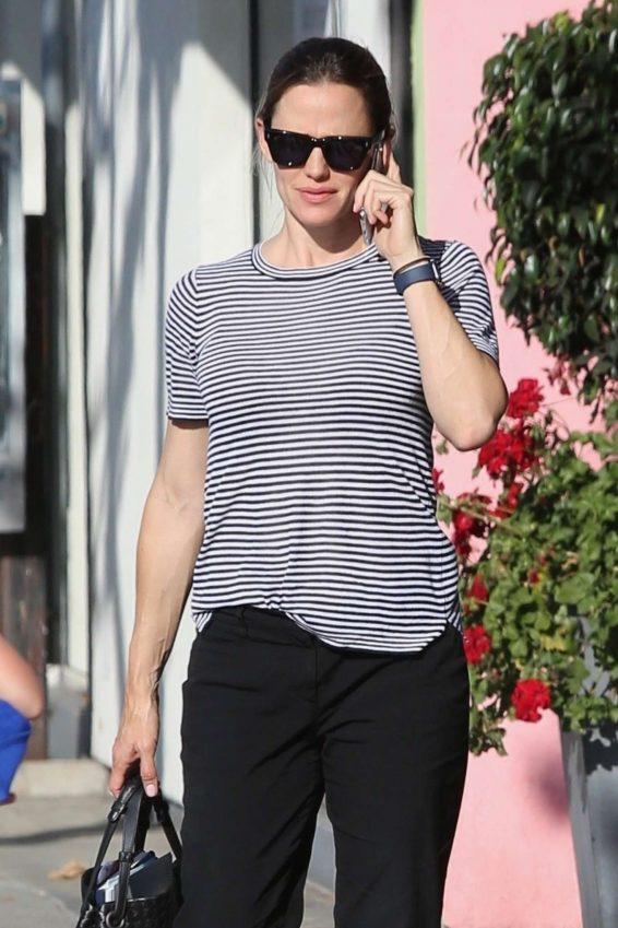 Jennifer Garner - Seen at Brentwood Country Mart while running errands