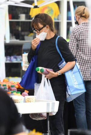 Jennifer Garner - Seen at Farmer's market in Los Angeles