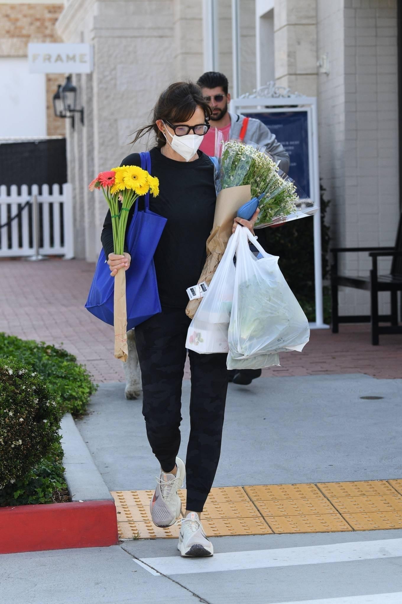 Jennifer Garner 2021 : Jennifer Garner – Seen at Farmers market in Los Angeles-04
