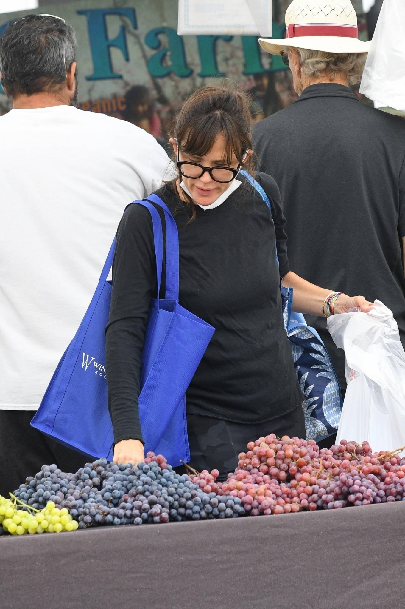 Jennifer Garner 2021 : Jennifer Garner – Seen at Farmers market in Los Angeles-06