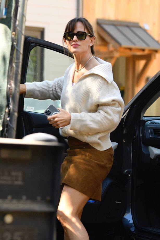 Jennifer Garner - Seen at her new house under construction in Brentwood