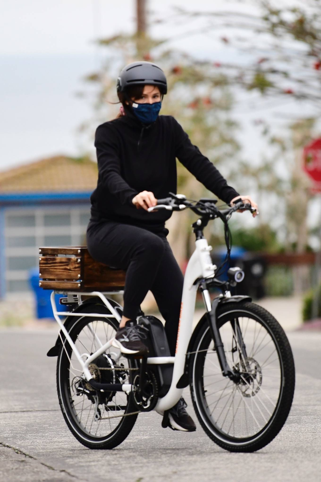 Jennifer Garner - Seen on her new electric bicycle in Brentwood