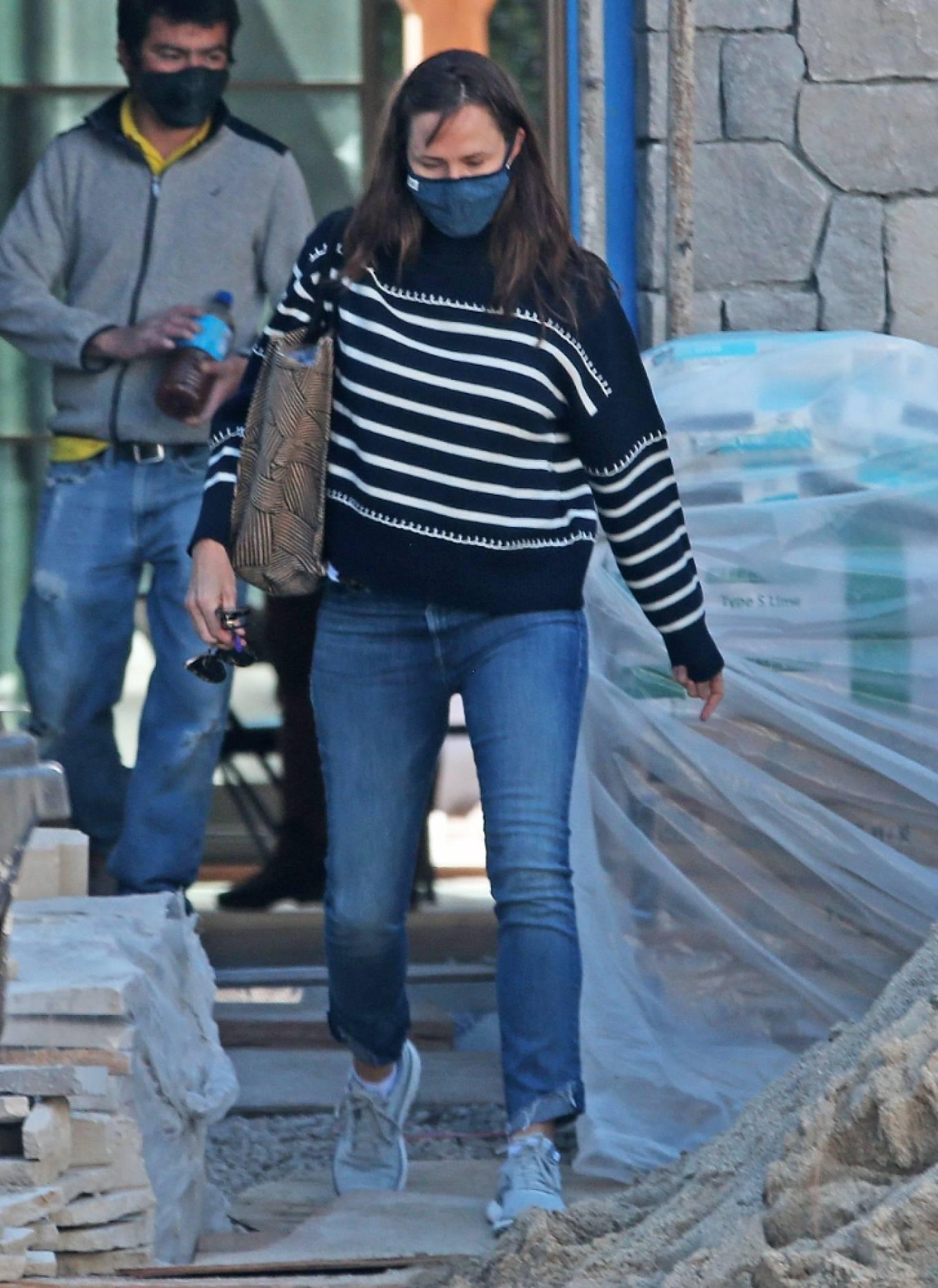Jennifer Garner 2021 : Jennifer Garner – Seen on the construction site of her new home in Brentwood-05