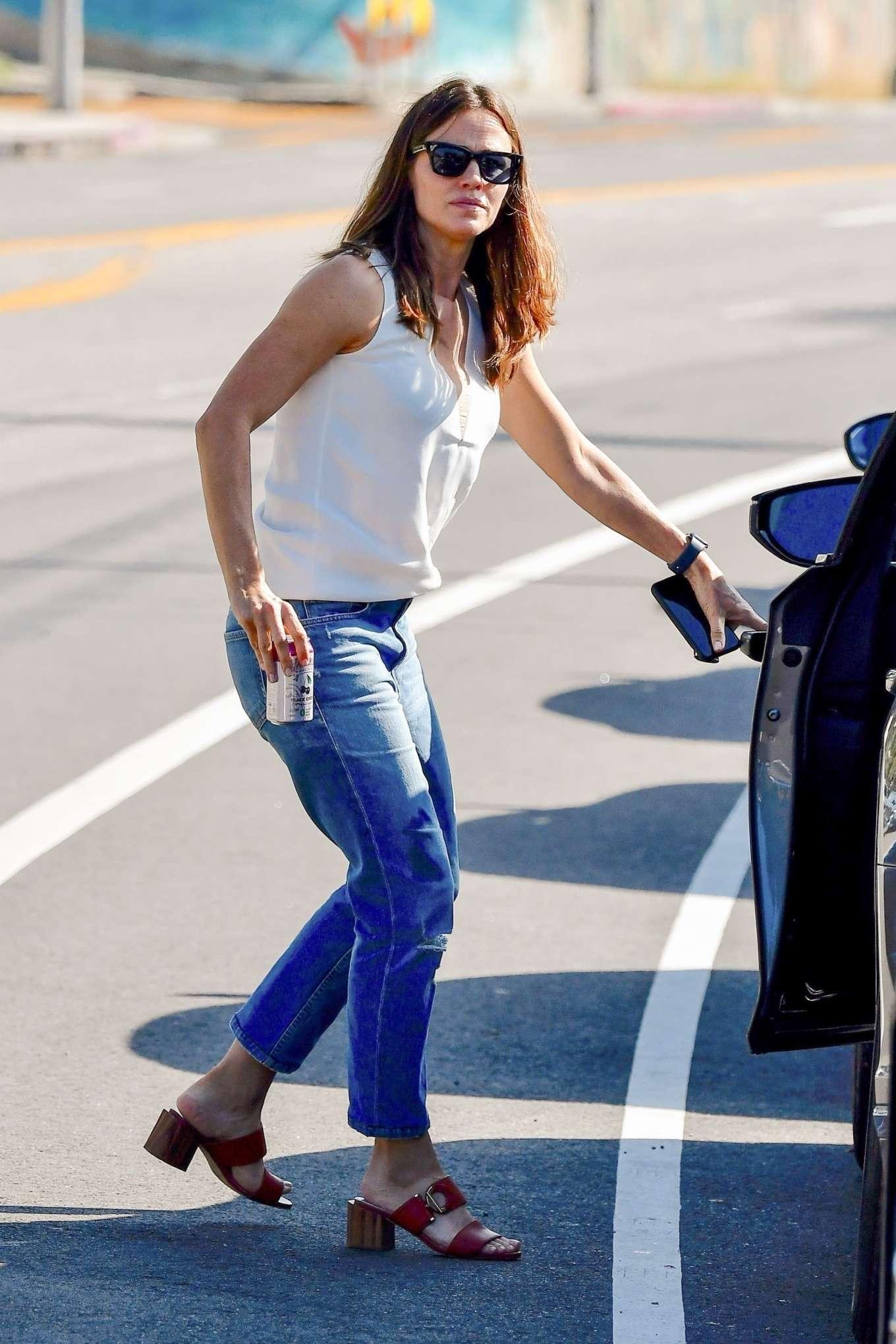 Jennifer Garner - Seen Out in Los Angeles