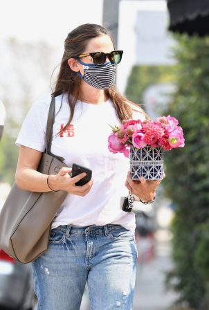 Jennifer Garner - Seen with bouquet of flowers in Brentwood