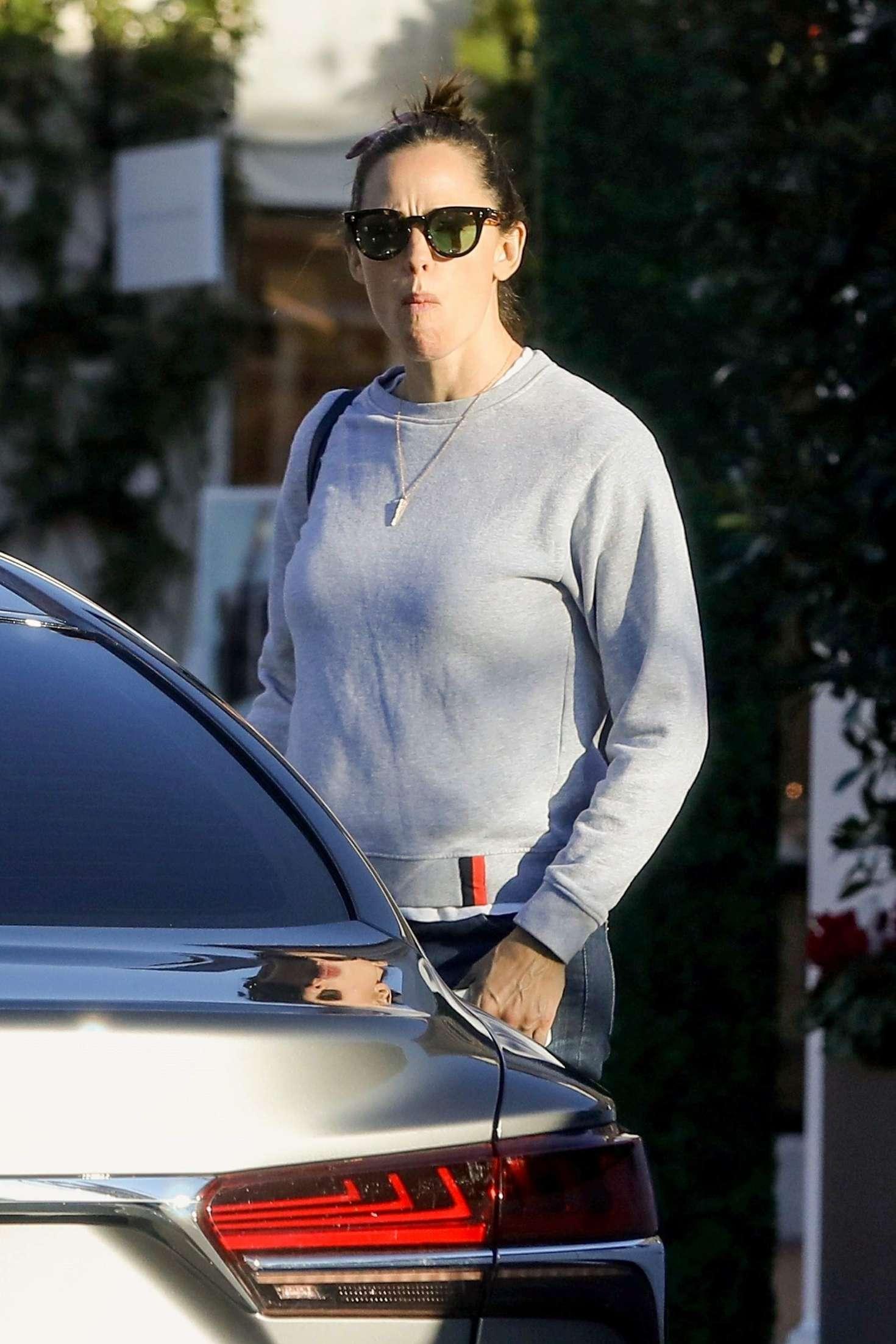 Jennifer Garner 2018 : Jennifer Garner: Shopping at Palisades Village -05