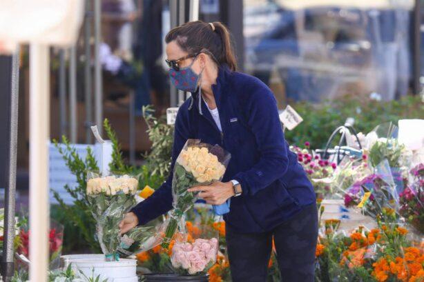 Jennifer Garner - Shopping at the Brentwood Farmer's Market