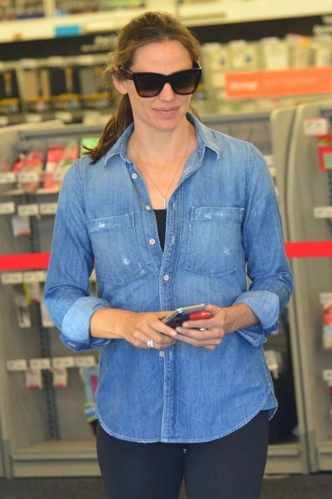 Jennifer Garner - Shopping for school supplies in Los Angeles