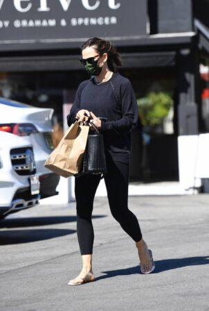 Jennifer Garner - Spotted getting a mani-pedi at the Country Mart
