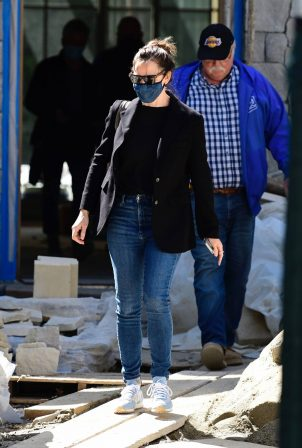 Jennifer Garner - Spotted on the construction of her new home in Brentwood