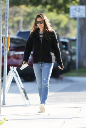 Jennifer Garner - Steps out in Brentwood