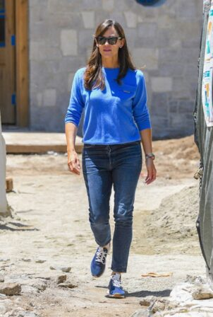 Jennifer Garner - stops by her new home in Brentwood