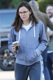 Jennifer Garner - Strolling in Los Angeles