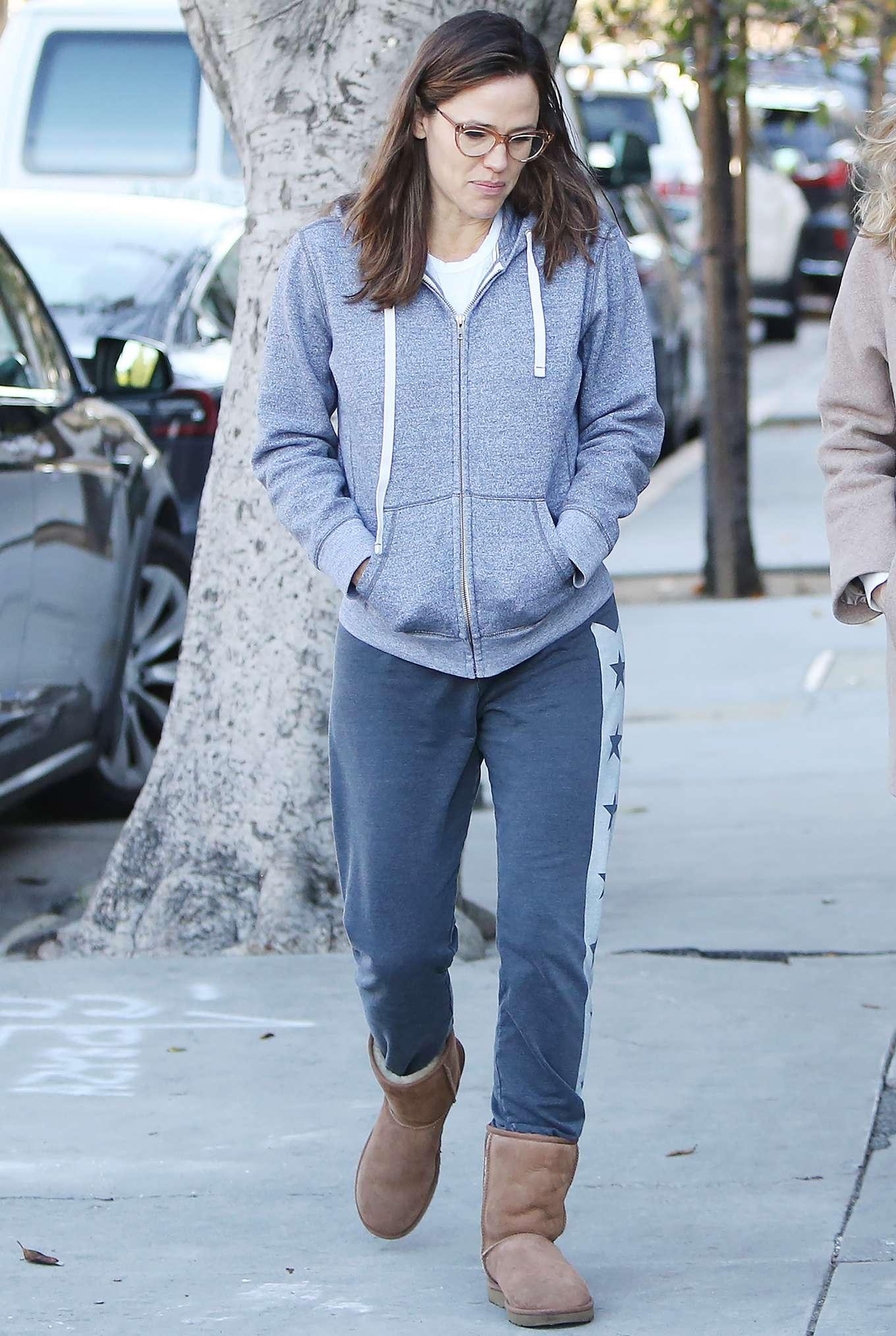 Jennifer Garner 2020 : Jennifer Garner – Strolling in Los Angeles-15