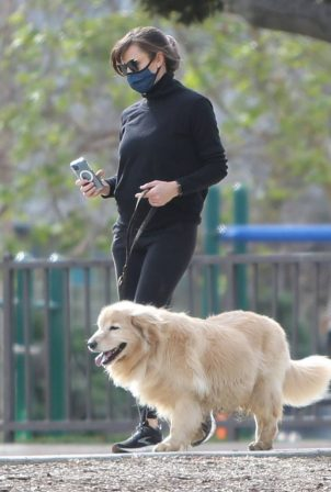 Jennifer Garner - Take her two adorable puppies to the dog park in Palisades