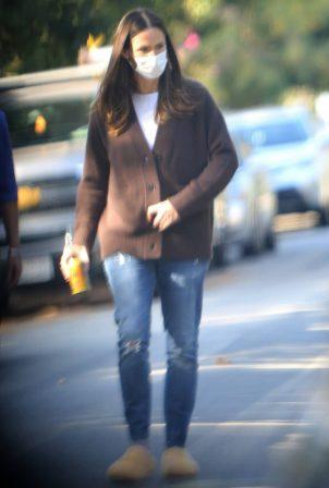 Jennifer Garner - Walk in her neighborhood in Los Angeles