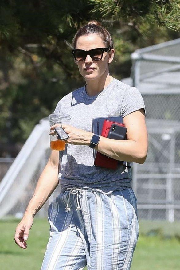 Jennifer Garner - Watching her daughter soccer game in Brentwood