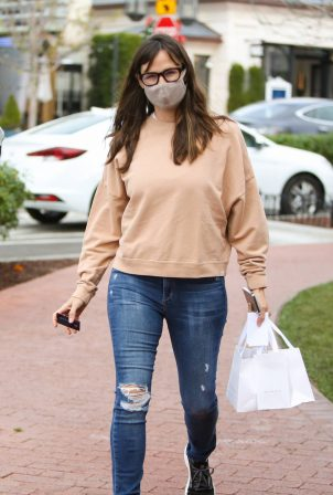 Jennifer Garner - Wearing a mask as she goes shopping in Pacific Palisades