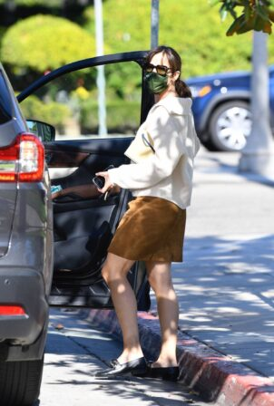 Jennifer Garner - Wears a brown suede skirt in Brentwood