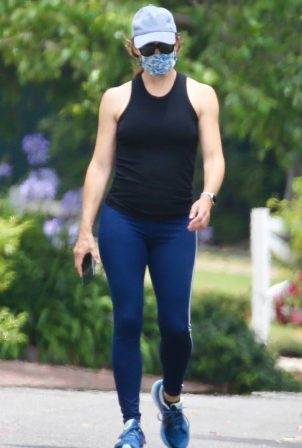 Jennifer Garner - Wears a mask on a walk in Los Angeles
