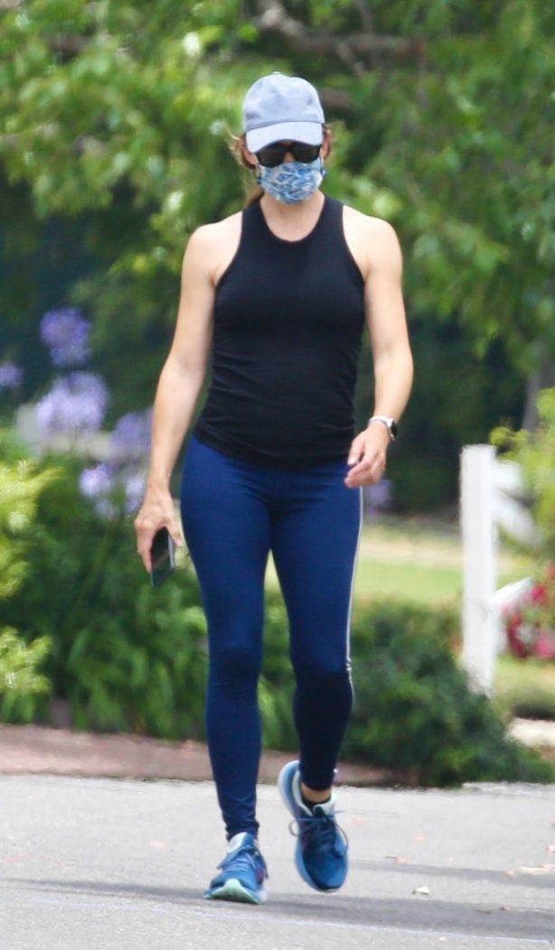 Jennifer Garner - Wears a mask on a walk in Los Angeles