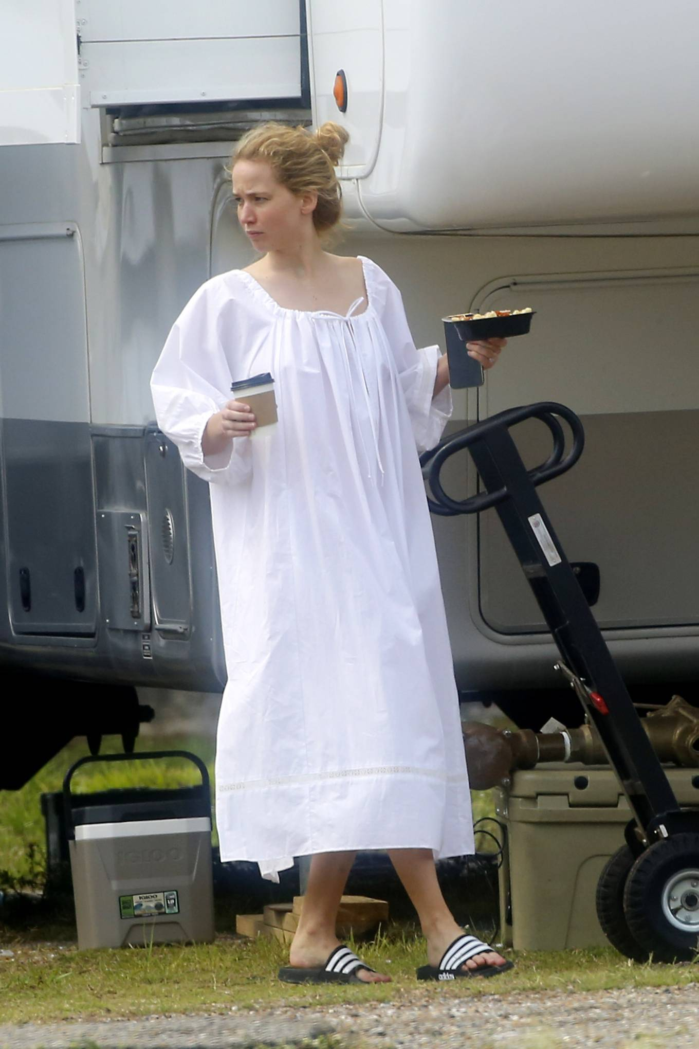 Jennifer Lawrence 2021 : Jennifer Lawrence – Arrives at the set of her new film Red, White and Water in New Orleans-12