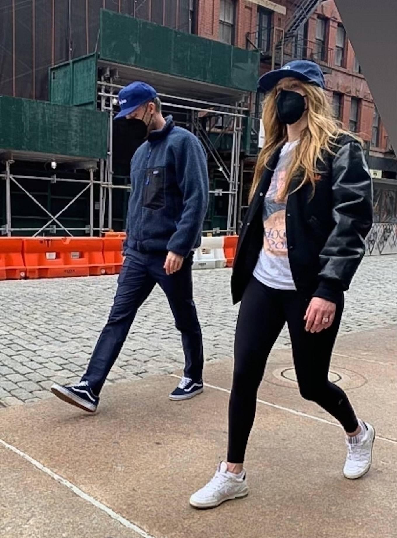 Jennifer Lawrence 2021 : Jennifer Lawrence – Steps out for a stroll in New York-11