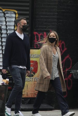 Jennifer Lawrence - Stroll with her husband in New York
