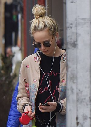 Jennifer Lawrence - Walking with her dog Pippi in New York City