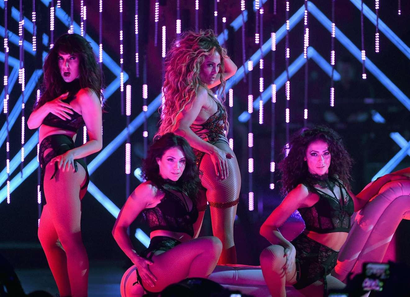 Jennifer Lopez 2018 : Jennifer Lopez: 2018 DIRECTV NOW Super Saturday Night Concert in Minneapolis-12