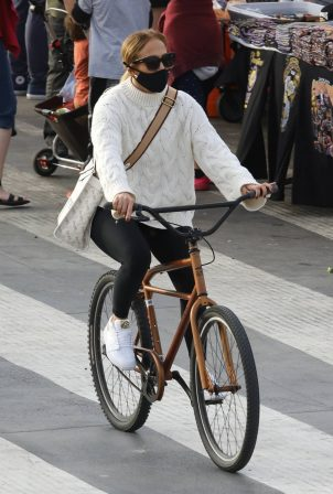 Jennifer Lopez - Bike ride along the coast of Santa Monica beach