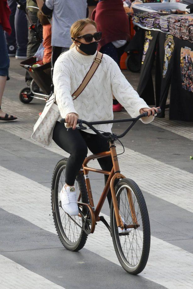 Jennifer Lopez - Bike ride along the coast of Santa Monica beach