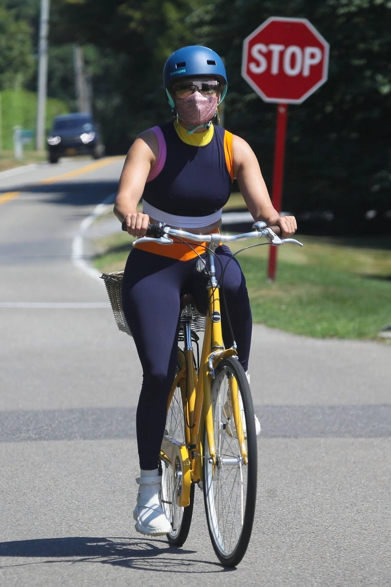 Jennifer Lopez - Bike ride in The Hamptons