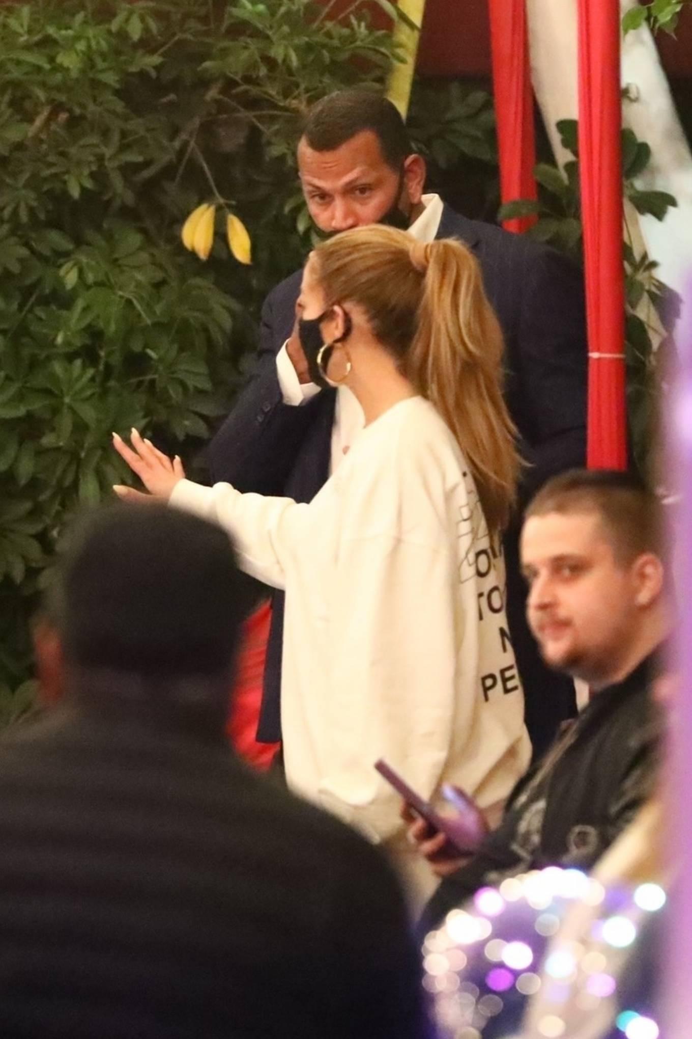 Jennifer Lopez 2020 : Jennifer Lopez – Exit after dinner at Matsuhisa in Beverly Hills-14
