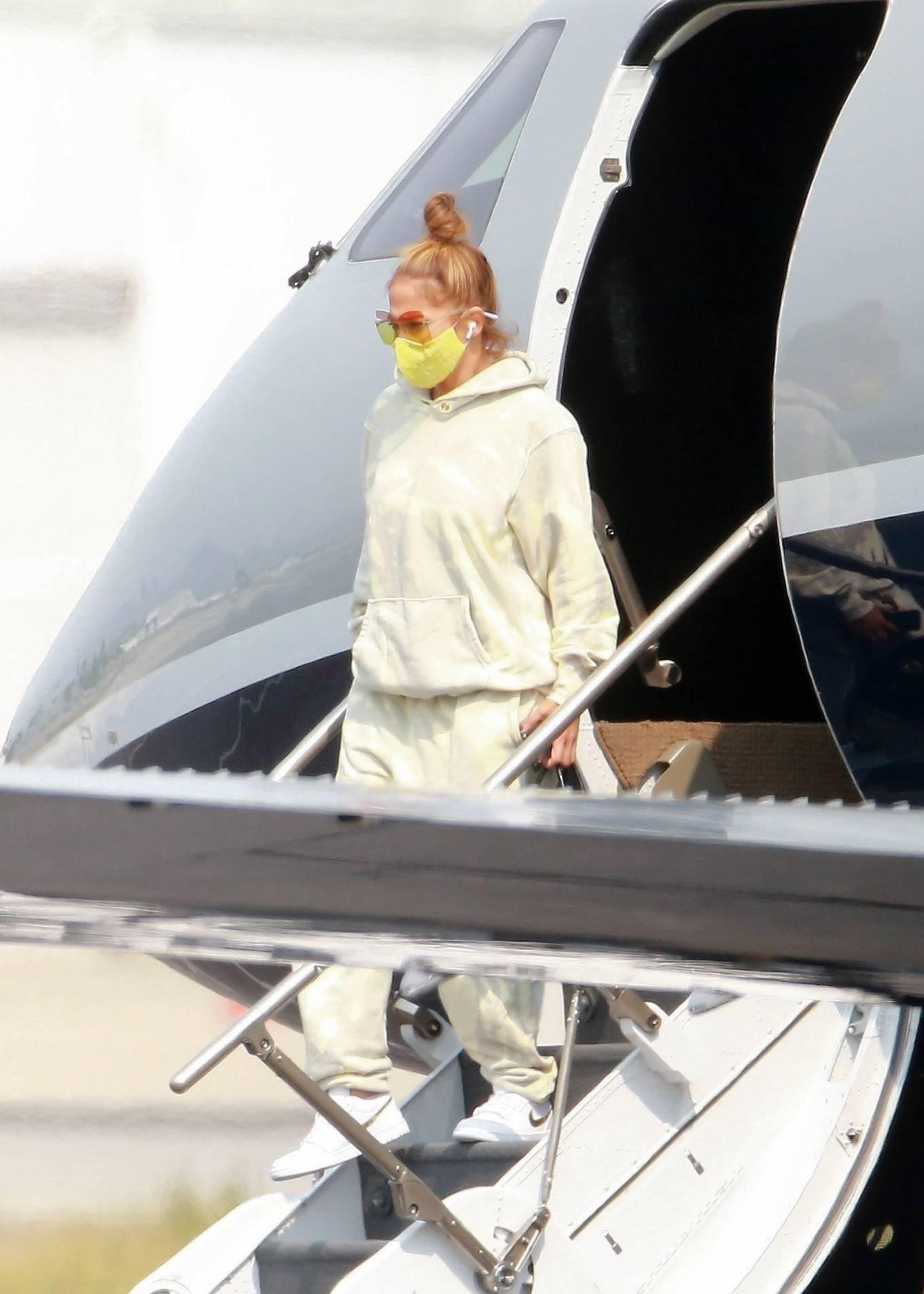 Jennifer Lopez 2020 : Jennifer Lopez – Exits her private jet in Los Angeles-01