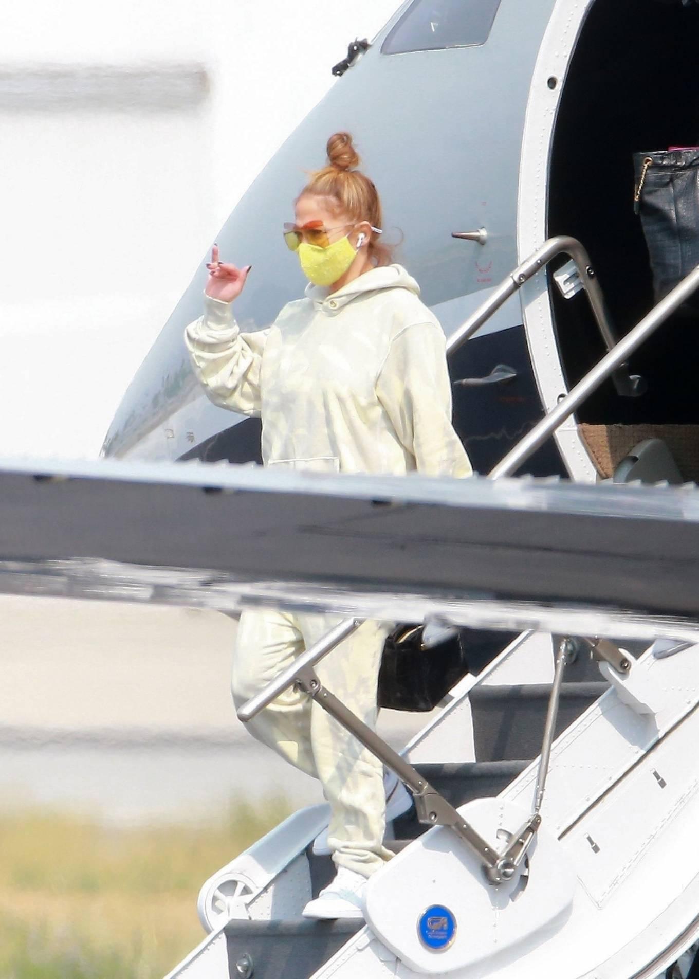 Jennifer Lopez 2020 : Jennifer Lopez – Exits her private jet in Los Angeles-02