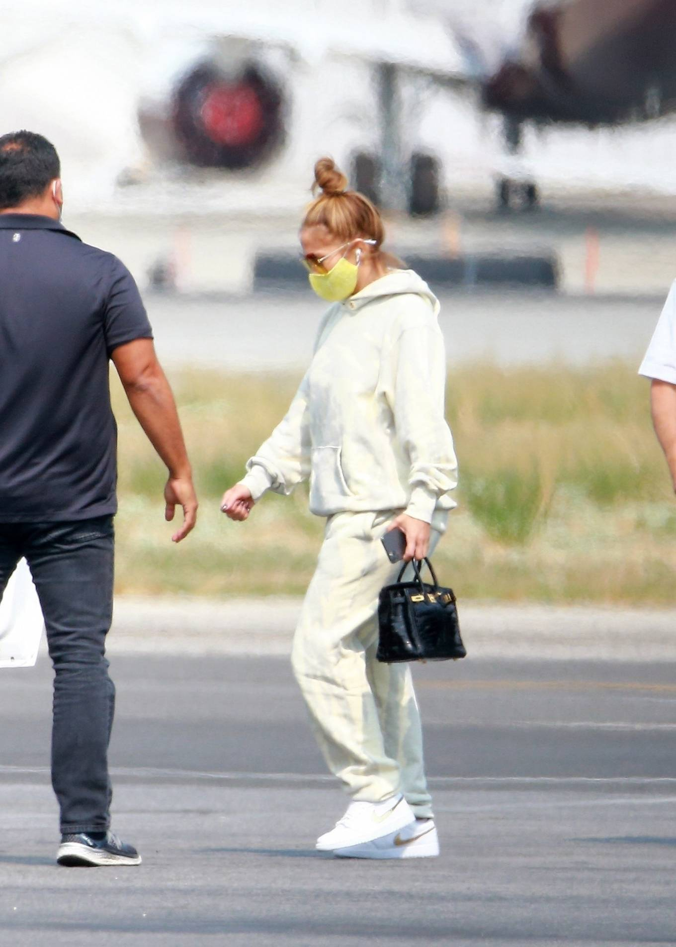 Jennifer Lopez 2020 : Jennifer Lopez – Exits her private jet in Los Angeles-03