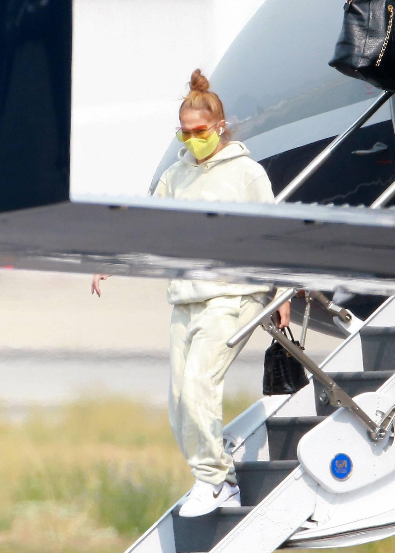 Jennifer Lopez 2020 : Jennifer Lopez – Exits her private jet in Los Angeles-04