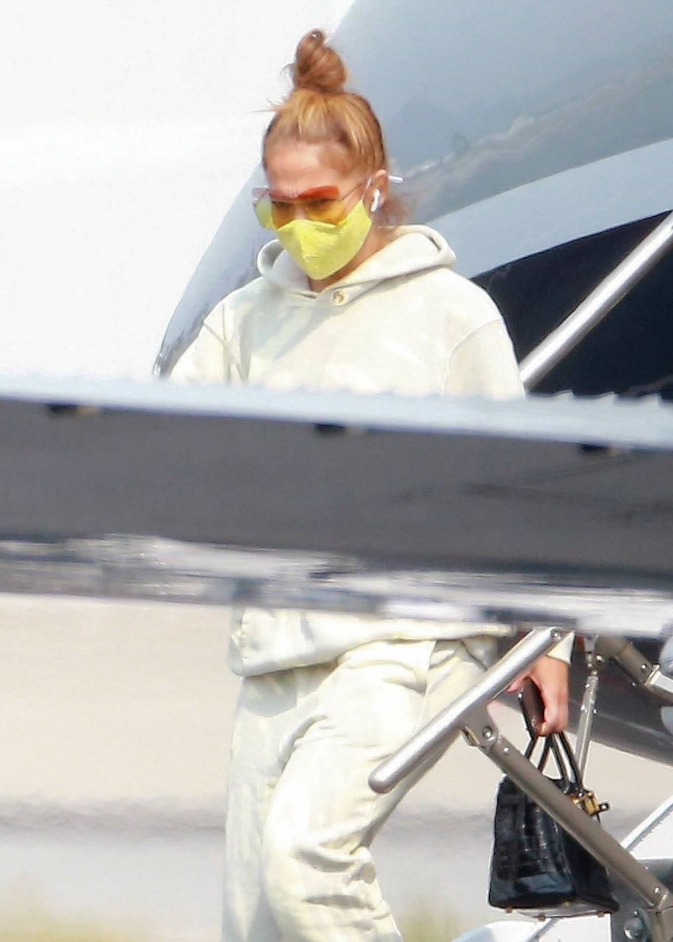 Jennifer Lopez 2020 : Jennifer Lopez – Exits her private jet in Los Angeles-05