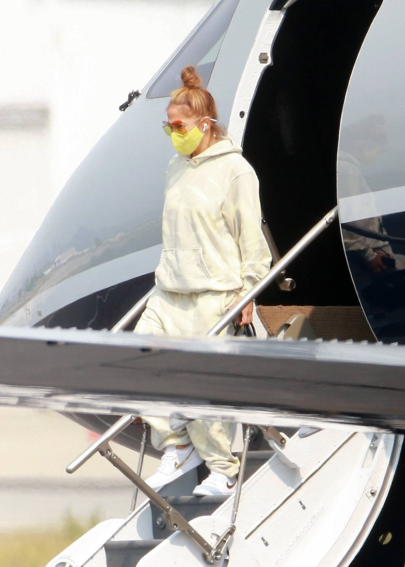 Jennifer Lopez - Exits her private jet in Los Angeles