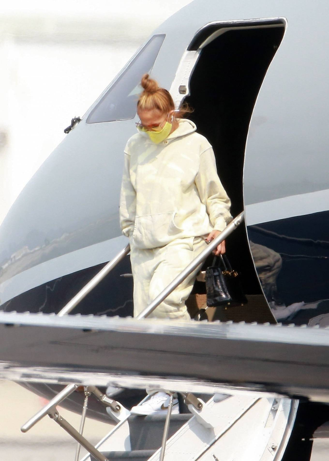 Jennifer Lopez 2020 : Jennifer Lopez – Exits her private jet in Los Angeles-08