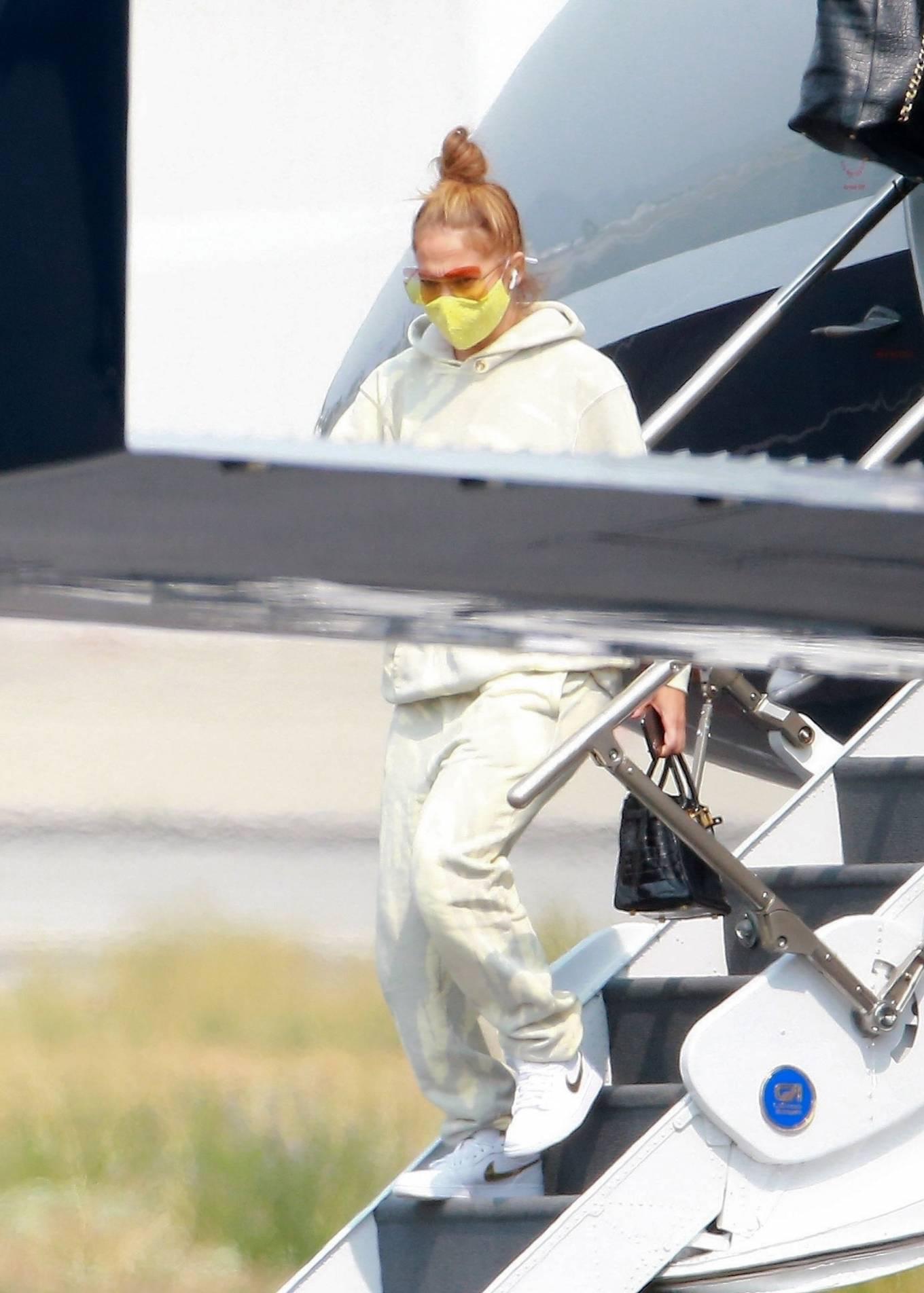 Jennifer Lopez 2020 : Jennifer Lopez – Exits her private jet in Los Angeles-09