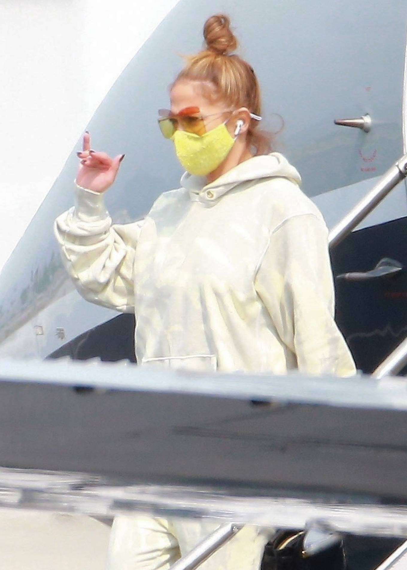 Jennifer Lopez 2020 : Jennifer Lopez – Exits her private jet in Los Angeles-10