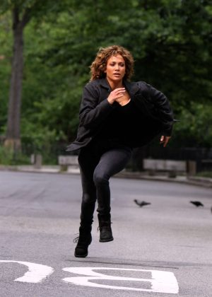 Jennifer Lopez - Films chasing scene at the 'Shades of Blue' set in NYC