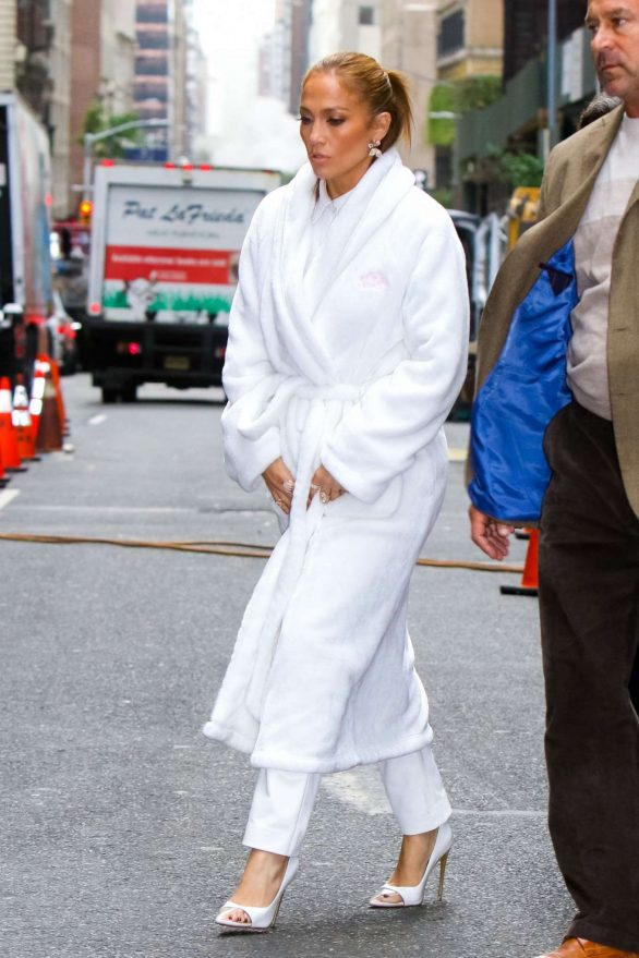 Jennifer Lopez - On the set of 'Marry Me' at Plaza Hotel in NYC