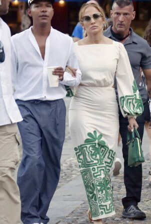 Jennifer Lopez - Out with friends at Ristorante Puny in Portofino