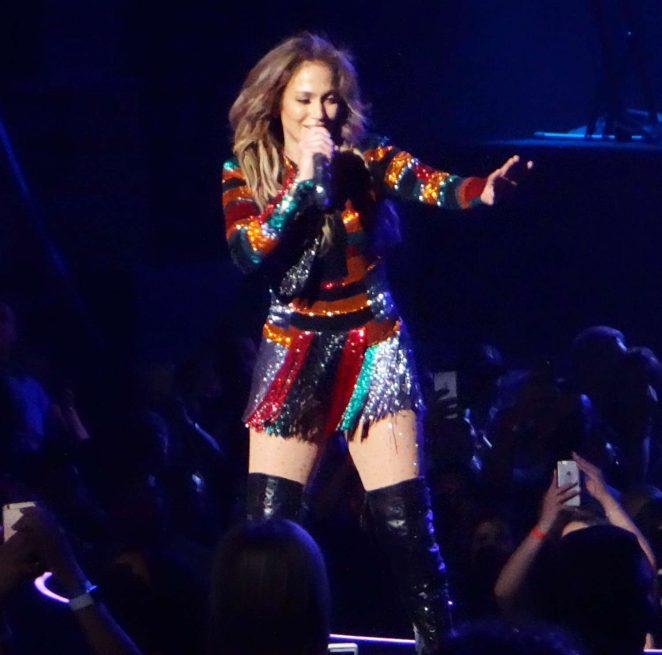 Jennifer lopez performs live at planet hollywood 14 Where does jennifer lopez live