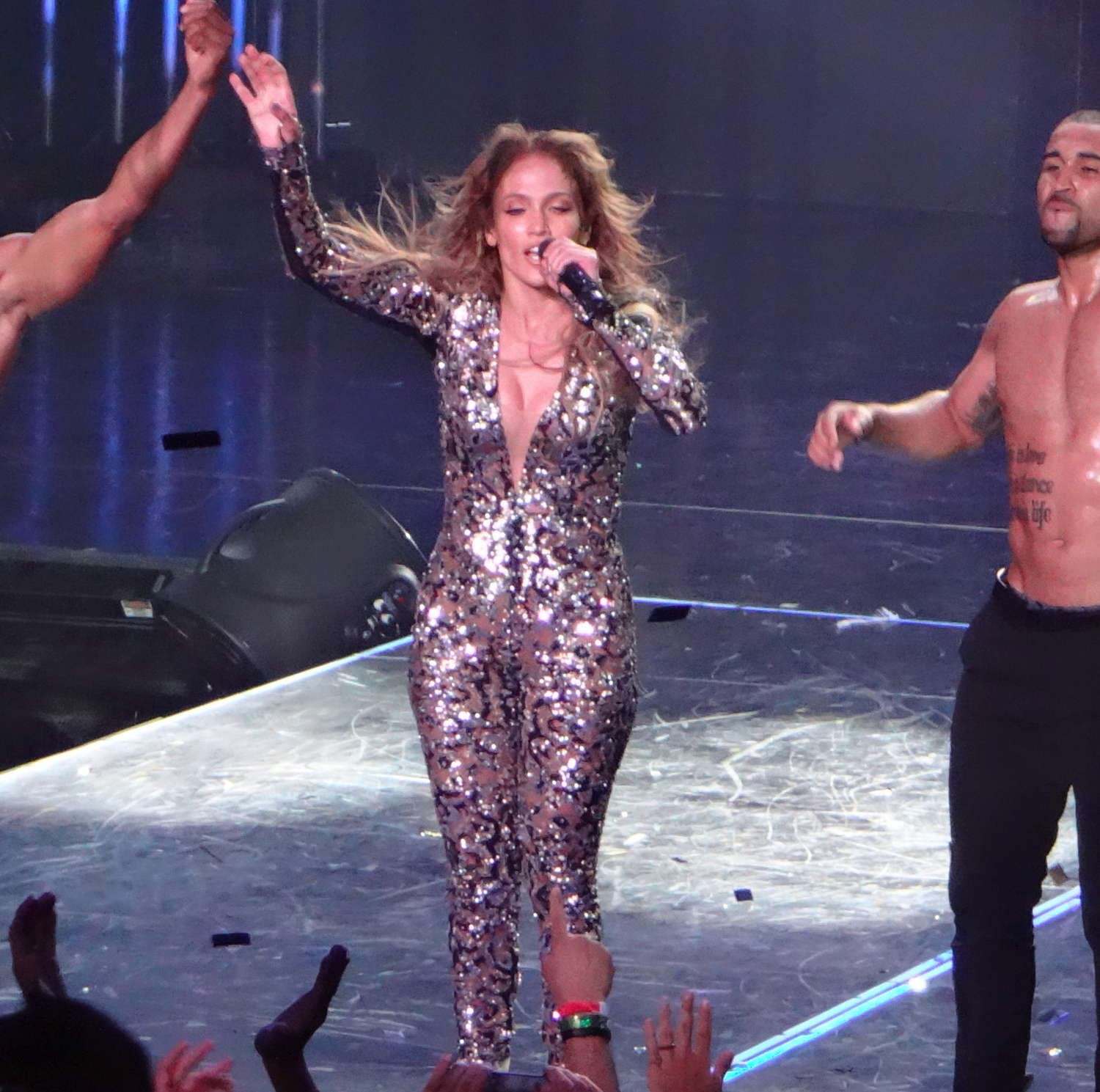 Jennifer lopez performs live at planet hollywood 23 Where does jennifer lopez live